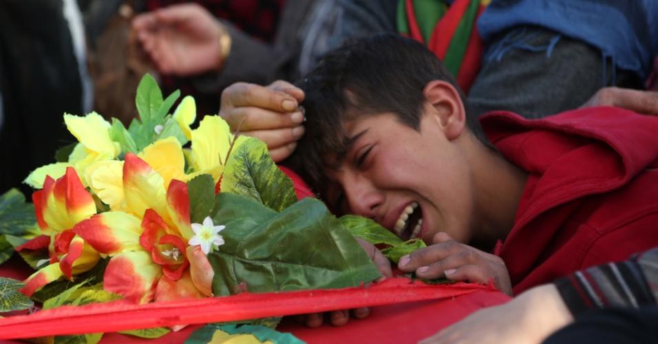 12.nov.2015 - Menino chora sobre o caixão de membro do movimento Combatentes da Unidade de Proteção do Povo Curdo (YPG), morto em conflito contra o Estado Islâmico, durante o funeral em Qamishli, cidade de maioria curda na província de Hasakah, nordeste da Síria