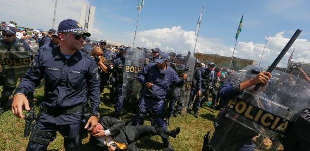 Manifestantes ligados ao movimento negro e integrantes de grupos pró-intervenção militar entram em confronto em frente ao Congresso - Pedro Ladeira/Folhapress
