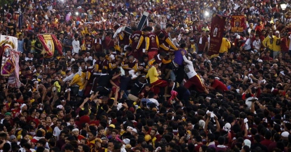 8.jan.2016 - Devotos filipinos se acotovelam para chegar à estátua do Nazareno Negro durante procissão em Manila, nas Filipinas
