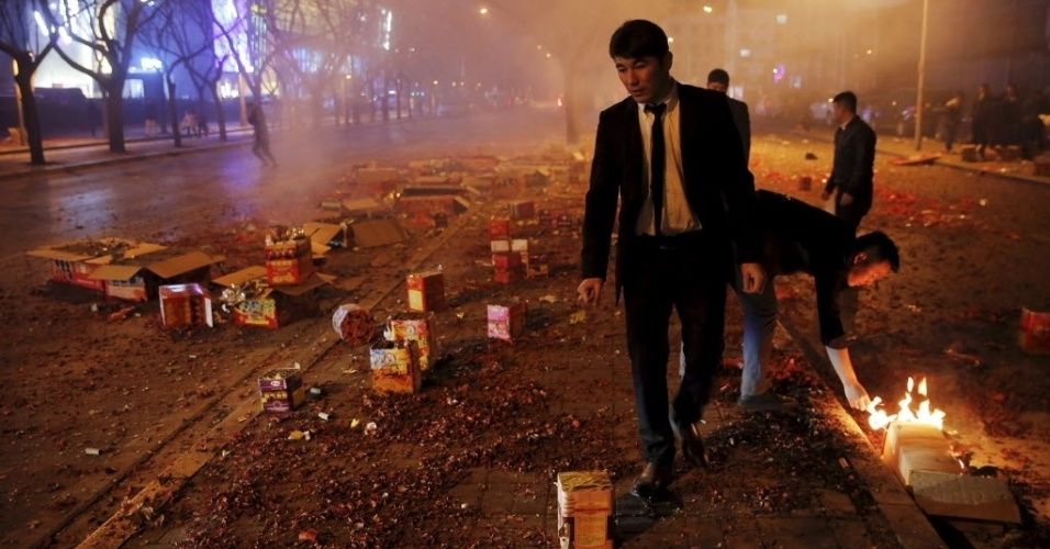7.fev.2016 - Homens verificam se embalagens de fogos de artifício explodiram totalmente durante as celebrações do início do Ano-Novo Lunar na China