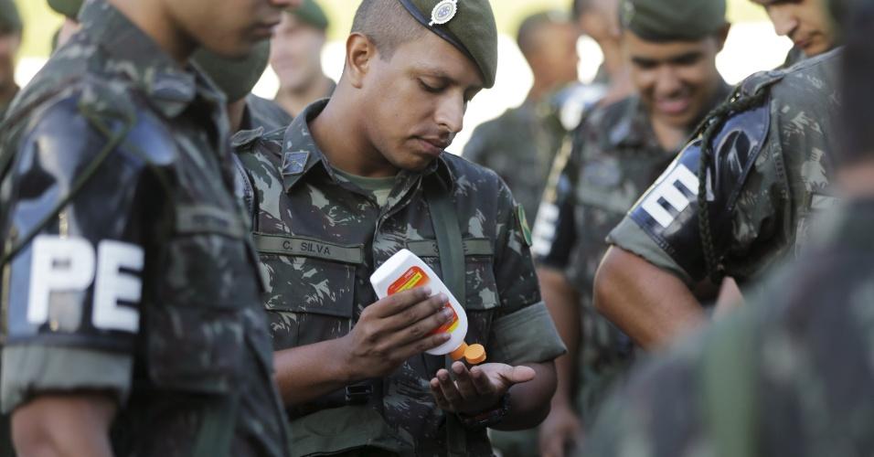 Soldado brasileiro no combate ao ?Aedes aegypti? passa repelente contra picada de mosquito antes de inspeção em Brasília (DF)