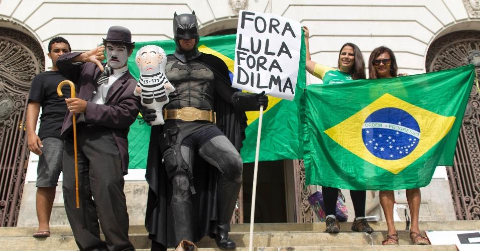 17.mar.2016 - Manifestantes protestam contra a posse do ex-presidente Luiz Inácio Lula da Silva (PT) como ministro-chefe da Casa Civil, nas escadarias da Câmara dos Vereadores, na Cinelândia, no centro da cidade do Rio de Janeiro