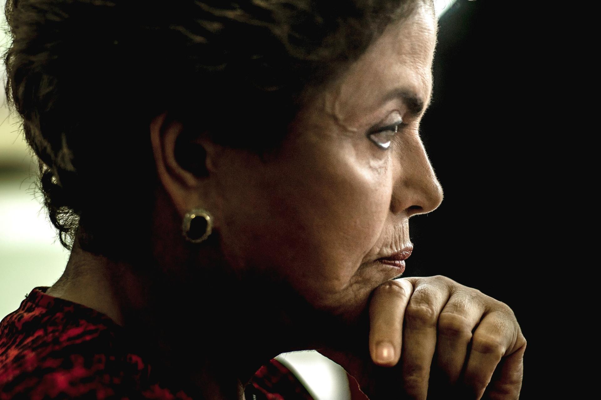 24.mar.2016 - A presidente Dilma Rousseff durante entrevista para jornais estrangeiros no gabinete da Presidência da República no Palácio do Planalto, em Brasília