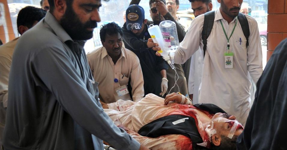 19.abr.2016 - Voluntários paquistaneses carregam homem ferido depois de um ataque suicida em um prédio do governo em Mardan, cerca de 50 quilômetrosa nordeste de Peshawar. Paquistão. Uma bomba explodiu e deixou pelo menos um morto e 17 feridos, disseram autoridades