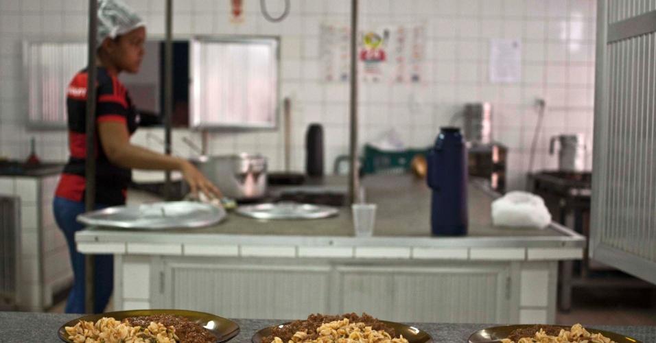 28.abr.2016 - Estudantes ocupam a Escola Estadual André Mourois, na Gávea, no Rio de Janeiro (RJ). Eles se organizaram em cinco equipes de trabalho para manter o local (comunicação, segurança, recepção, limpeza e cozinha) e para receber os 400 alunos do colégios aproximadamente que participam de atividades, como aulas de química e português e até peças de teatro