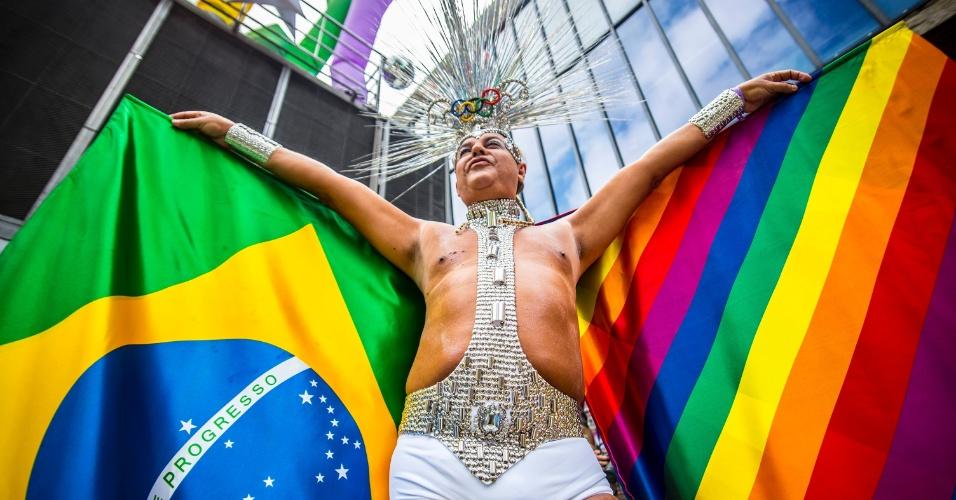 29.mai.2016 - Participante da 20ª edição da Parada do Orgulho LGBT de São Paulo exibe bandeiras do Brasil e do Orgulho Gay em sua fantasia. Neste ano, a edição da Parada tem como principal bandeira a aprovação da Lei de Identidade de Gênero para travestis e transexuais