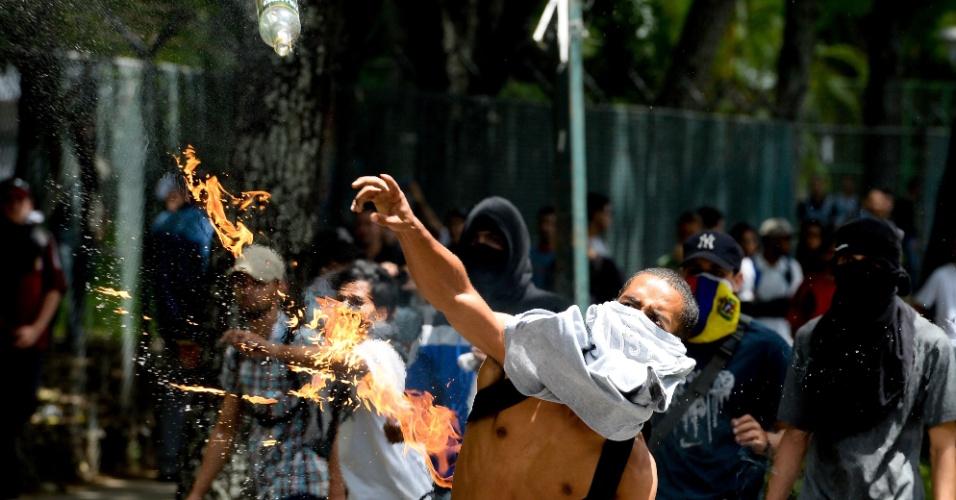 9.jun.2016 - Estudante joga coquetel molotov contra a polícia venezuelana em protesto que pede a saída de Nicolás Maduro. Os manifestantes são a favor da convocação de um referendo revogatório contra o presidente, que poderia interromper seu mandato e convocar novas eleições. A ideia é defendida pela oposição