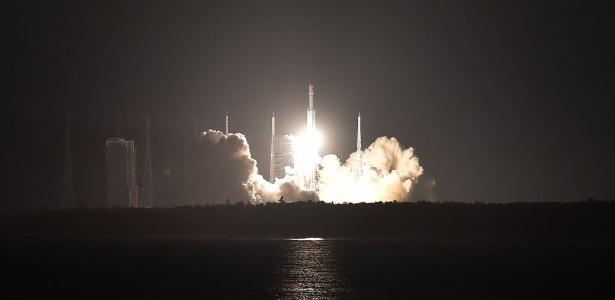 Lançador Longa Marcha 7 transporta material para a futura estação espacial chinesa