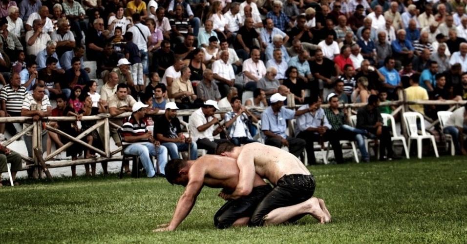 """1º.jul.2016 - Atletas disputam uma competição de wrestling com óleo, em Sohos, uma aldeia na Grécia. Os lutadores são conhecidos como """"pehlivan"""" e usam adereços feitos de pele de búfalo e couro de bezerro"""