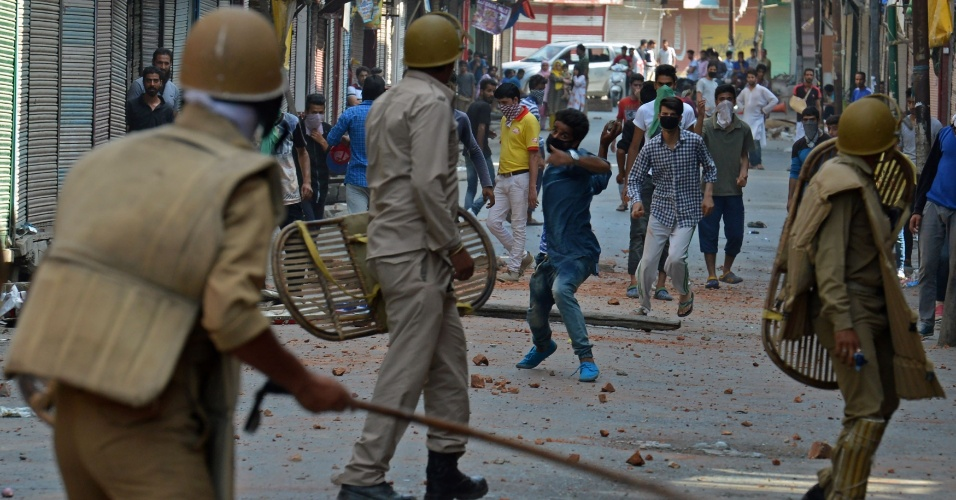 11.jul.2016 - Na Índia, manifestantes entram em confronto com a polícia na cidade de Srinagar. A polícia afirma que 30 pessoas morreram em três dias de confronto entre forças do governo e cidadãos Kashmiri revoltados com a morte de um  jovem e popular rebelde