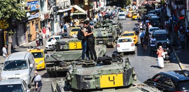 16.jul.2016 - Policial turco abraça homem em cima de um tanque em Istambul