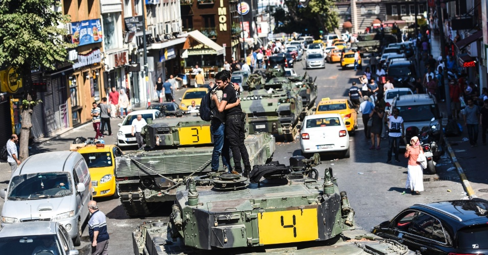 16.jul.2016 - Policial turco abraça um homem em cima de um tanque em Istambul. O primeiro-ministro turco anunciou neste sábado (16) o fracasso da tentativa de golpe militar, que deixou pelo menos 265 mortos