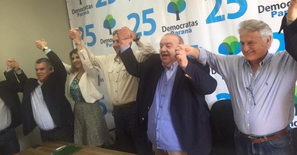 5.ago.2016 - O PMN confirmou a candidatura de Rafael Greca (segundo da dir. para esq.) para prefeitura de Curitiba durante convenção. De acordo com o candidato, sua indicação criou uma coligação com os partidos PSB, DEM, PT do B, PSDB, PSDC e PTN
