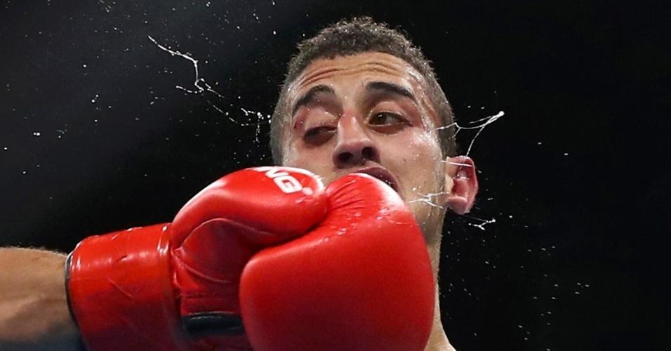 15.ago.2016 - Nas oitavas de final até 52 kg, o boxeador Mohamed Flissi lutou pela Argélia e, apesar do soco, conquistou sua vaga na próxima etapa da competição na Olimpíada do Rio de Janeiro. Flissi derrotou Daniel Asenov, da Bulgária