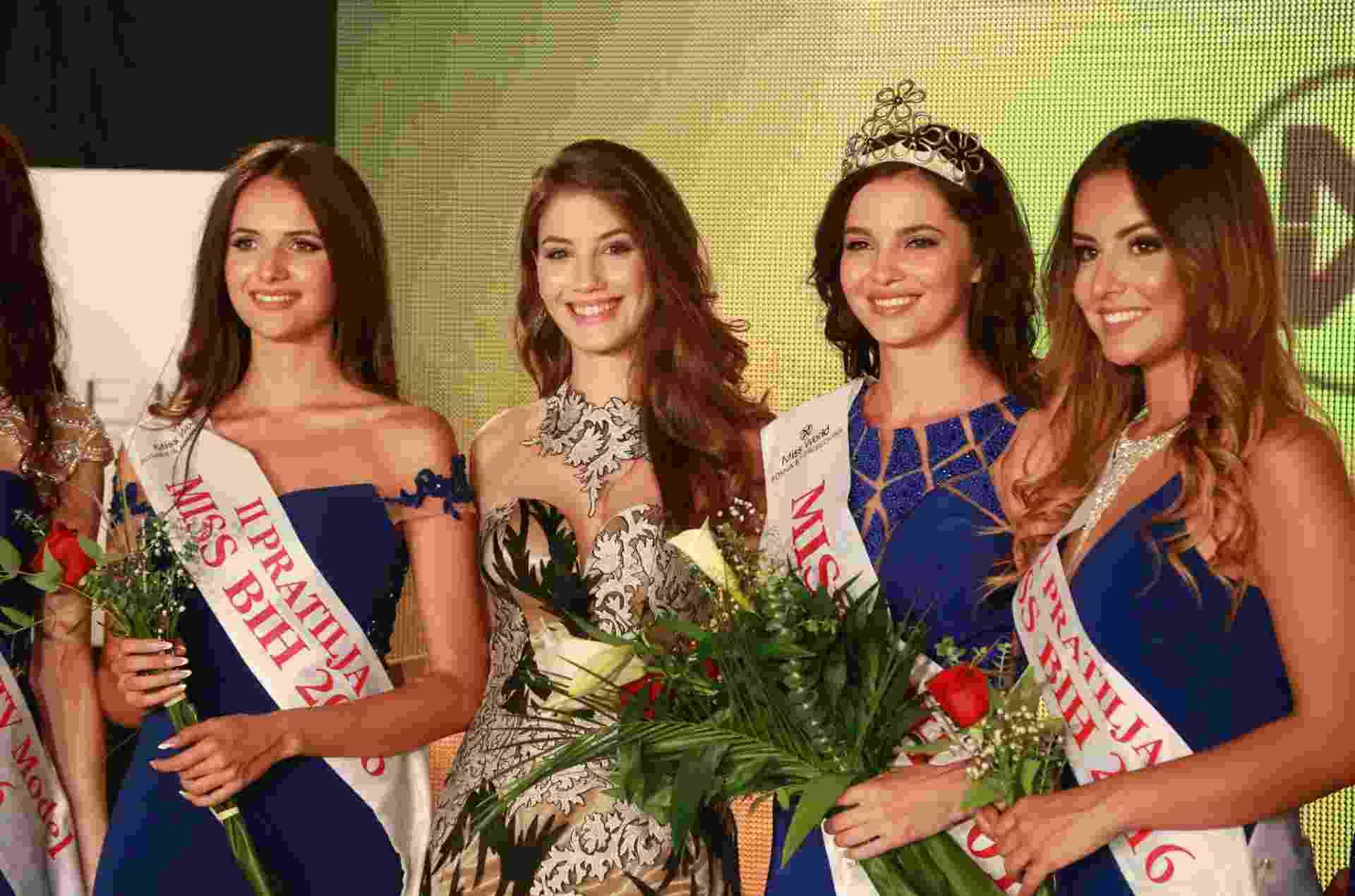10.out.2016 - A vencedora do Miss Bósnia-Herzegóvina 2016, Halida Krajisnik (de coroa), posa com a vencedora do ano passado - undefined