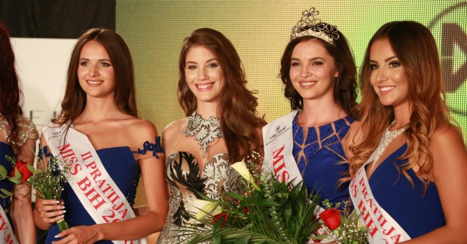 10.out.2016 - A vencedora do Miss Bósnia-Herzegóvina 2016, Halida Krajisnik (de coroa), posa com a vencedora do ano passado