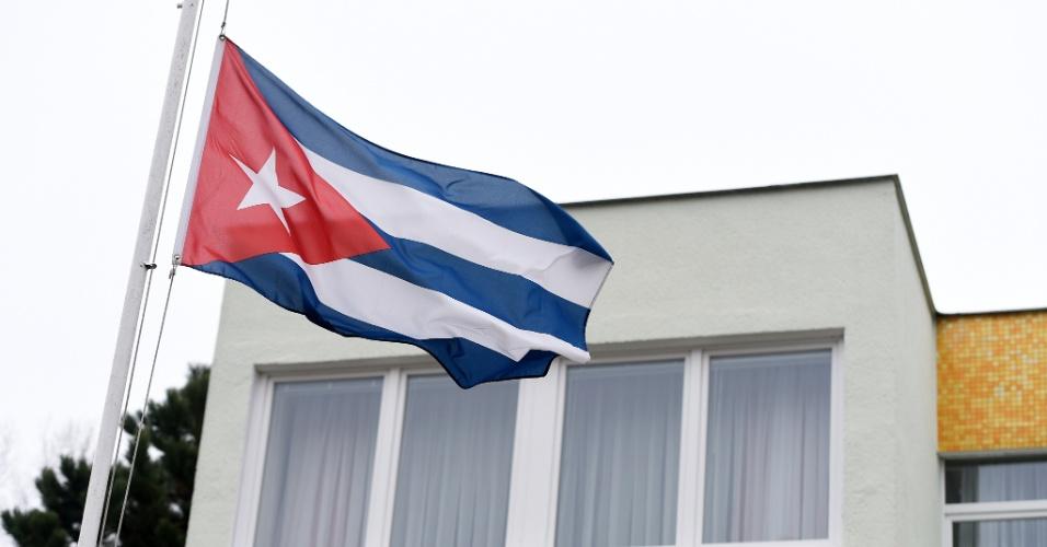 26.nov.2016 - Bandeira de Cuba é hasteada em meio mastro em frente à embaixada do país em Berlim, em luto pela morte do ex-presidente Fidel Castro