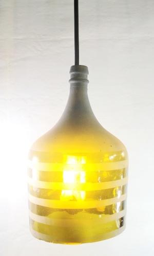 Luminária feita com garrafa de vidro pela empresa Casa do Vidro, arrendada pela ong Associação Amigos do Rio Formoso de Bonito (MS)