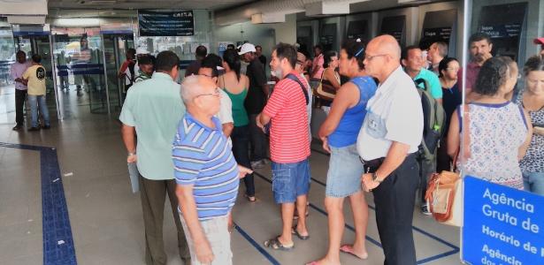 Fila em agência da Caixa em Maceió, nesta segunda-feira (13) - Carlos Madeiro/UOL