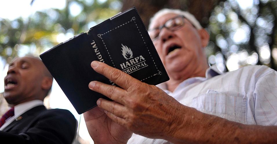 5.abr.2017 - Pregação ao ar livre na praça da Sé, em São Paulo. Grupo pertence à Assembleia de Deus
