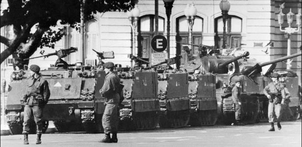 24.mar.1976 - Tanques estacionados em frente a Casa Rosada, em Buenos Aires, sede do governo argentino, no dia que a presidente Isabel Perón foi derrubada por uma junta militar