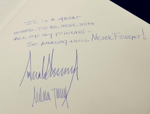 23.mai.2017 - Mensagem escrita pelo presidente Donald Trump e sua mulher, Melania, no livro de visitas do Museu do Holocausto, em Jerusalém