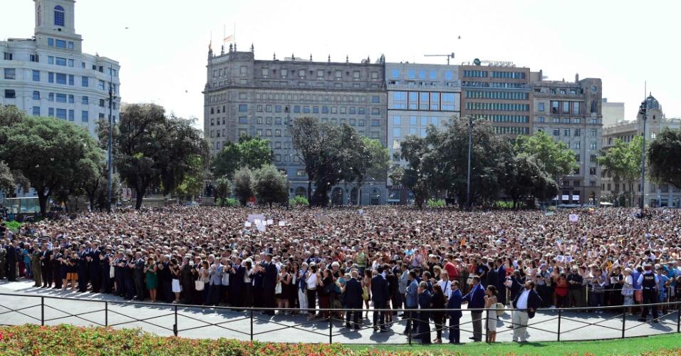 18.ago.2017 - Autoridades e público em geral aplaudem depois de observar um minuto de silêncio pelas vítimas do atentado em Barcelona, na Plaza de Catalunya