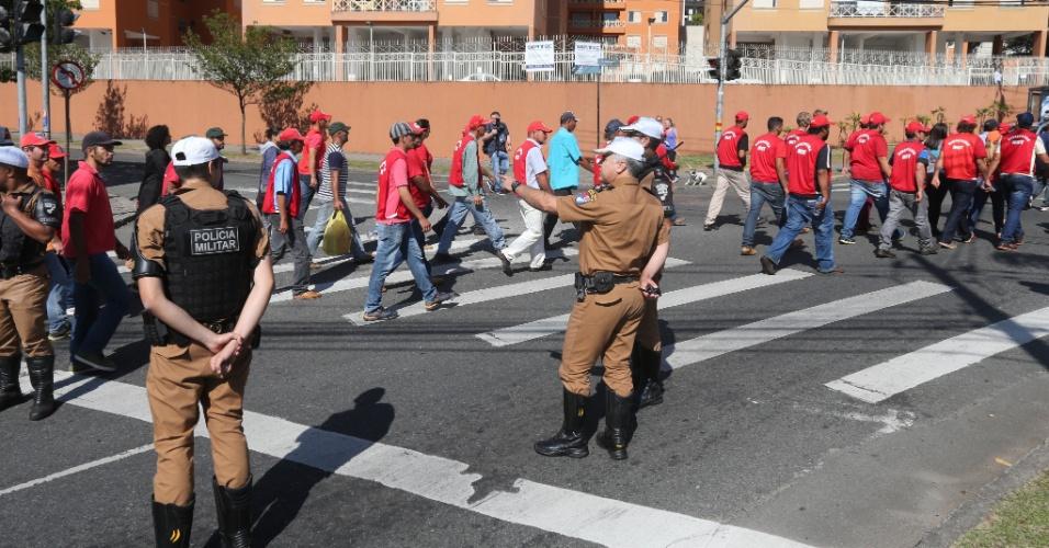 13.set.2017 - PMs fazem escolta para petistas que foram até Curitiba (PR) prestar apoio ao ex-presidente Lula. Há receio da segurança pública para possíveis confrontos entre militantes da direita e da esquerda presentes no local