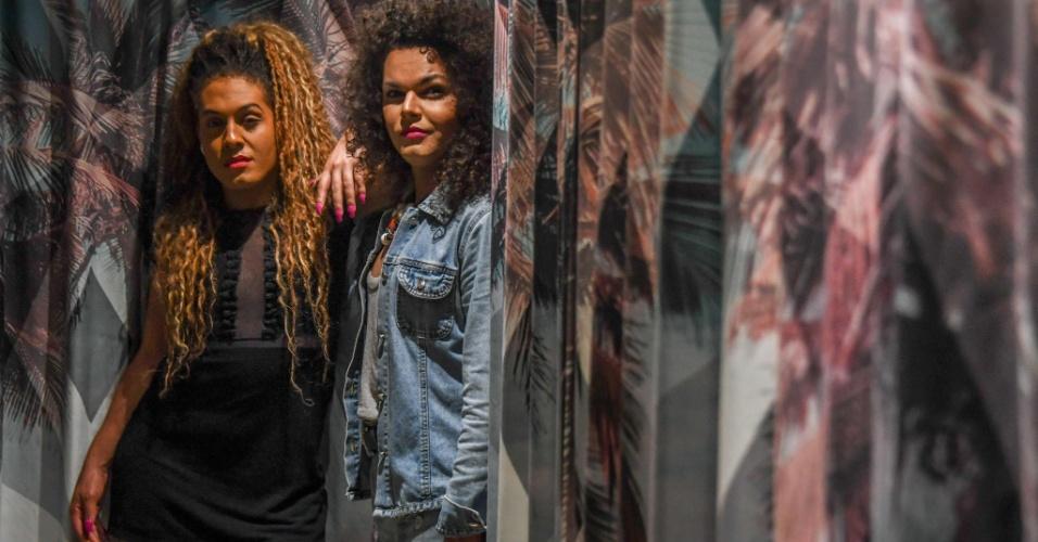 """7.set.2017 - As cantoras transgênero da banda """"As Bahias e a Cozinha Mineira"""", Raquel Virginia (esq.) e Assucena Assucena, posam para foto em hotel no Rio de Janeiro"""