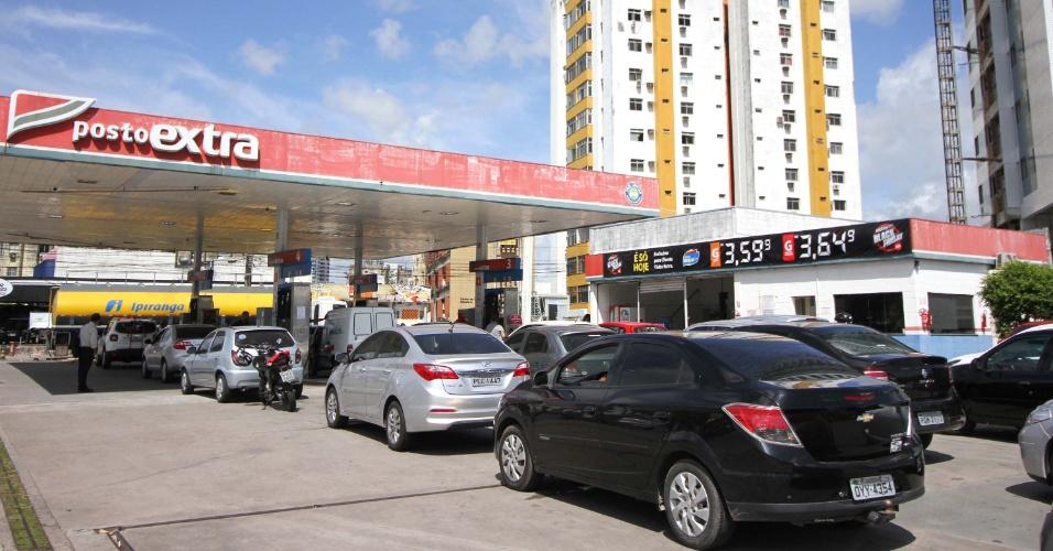 24.nov.2017 - Posto de gasolina em Recife (PE) faz promoção de combustível na Black Friday e motoristas enfrentam fila nesta sexta-feira (24)