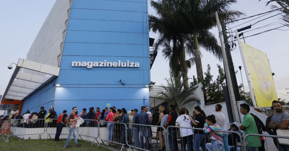 5.jan.2018 - Fila em frente à loja da rede Magazine Luiza na Marginal Tietê, zona Norte de São Paulo, nesta sexta-feira (5)