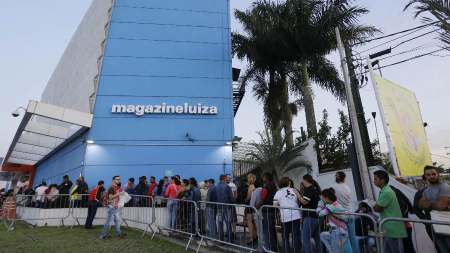 5.jan.2018 - Fila em frente à loja da rede Magazine Luiza na Marginal Tietê, zona Norte de São Paulo - Nelson Antoine/UOL