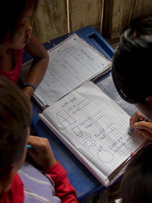Crianças têm aula em aldeia Sawré Muybu, na Terra Indígena Sawré Muybu, no Pará