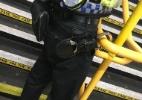 Policial inglês se atrapalha e acaba algemado em corrimão de estação de trem - British Transport Police