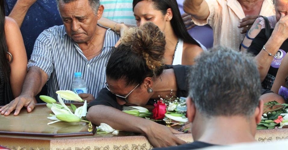 15.mar.2018 - Anielle Silva chora durante o enterro da irmã, a vereadora Marielle Franco (PSOL-RJ), assassinada a tiros na noite da quarta-feira (14) no Rio de Janeiro. Marielle tinha 38 anos e uma filha de 20. Seu corpo foi enterrado no Cemitério do Caju, na zona norte do Rio