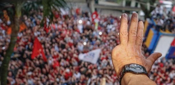 O ex-presidente Luiz Inácio Lula da Silva observa movimentação de ato contra a sua prisão em frente à sede do Sindicato dos Metalúrgicos do ABC, em São Bernardo do Campo (SP)