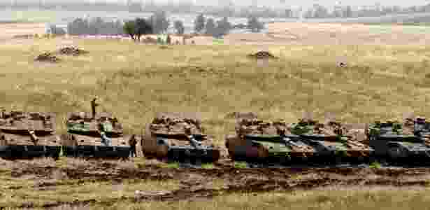 Tanques israelenses se posicionam nas colinas do Golã, área anexada por Israel na fronteira com a Síria - Menahem Kahana/AFP