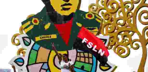 26.mai.18 - Apoiadora do presidente Ortega em frente a um 'chayopalo', símbolo de Rosário Murillo - Oswaldo Rivas/Reuters - Oswaldo Rivas/Reuters