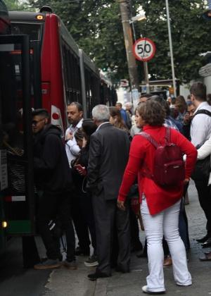 Ponto de ônibus lotado na avenida Brigadeiro Luís Antônio, em São Paulo, nesta segunda-feira (28) - Renato S. Cerqueira/Futura Press/Estadão Conteúdo