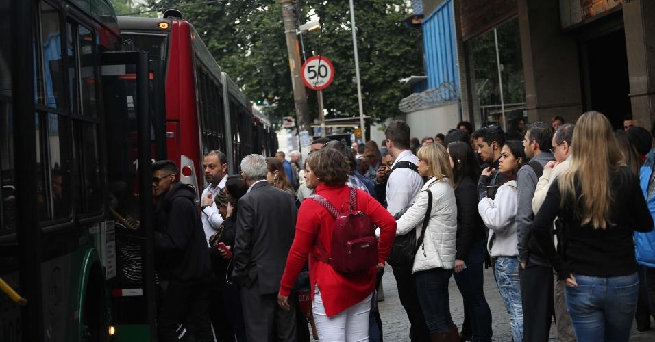 Ponto de ônibus lotado na avenida Brigadeiro Luís Antônio, em São Paulo, nesta segunda-feira (28). A frota está reduzida nesta segunda. De 60% a 80% da frota deve funcionar, mas, segundo a prefeitura, a partir de terça-feira (29), a quantidade de ônibus rodando na cidade vai depender da chegada de combustível