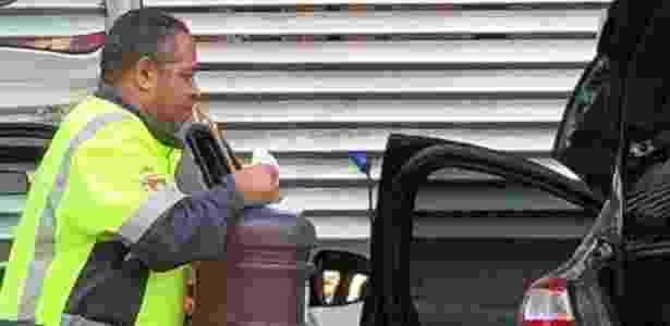 28.mai.2018 - Funcionário usou carro da prefeitura de São caetano do Sul para transportar gasolina e abastecer carros - Reprodução - Reprodução