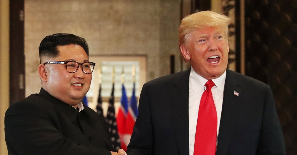 12.jun.2018 - Presidente dos EUA, Donald Trump, e o líder da Coreia do Norte, Kim Jong-Un, se cumprimentam em cúpula histórica em Singapura