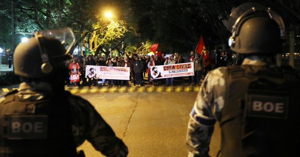 8.jul.2018 - Polícia antimotim faz bloqueio em local onde militantes petistas protestam pela soltura do ex-presidente Lula