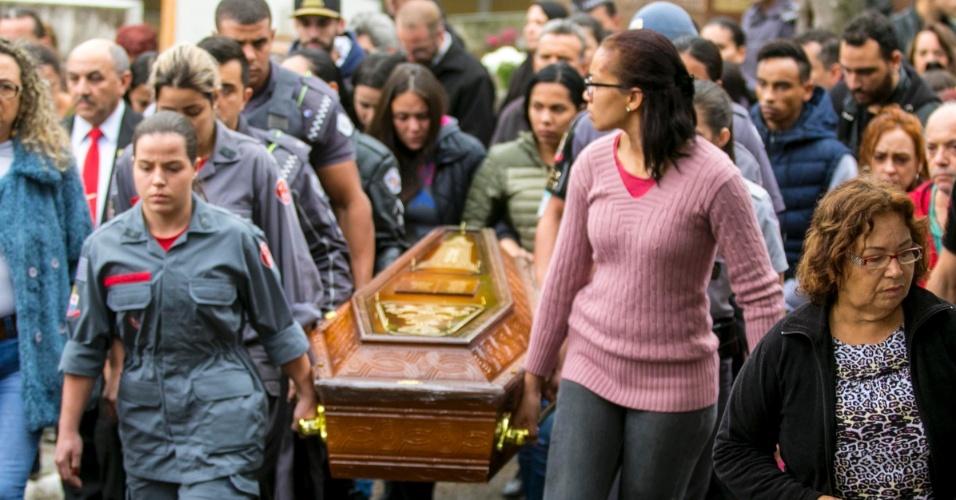 7.ago.2018 - Familiares e colegas carregam o caixão da soldado Juliane dos Santos Duarte, durante o enterro no Cemitério da Vila Euclides, em São Bernardo do Campo, no ABC Paulista