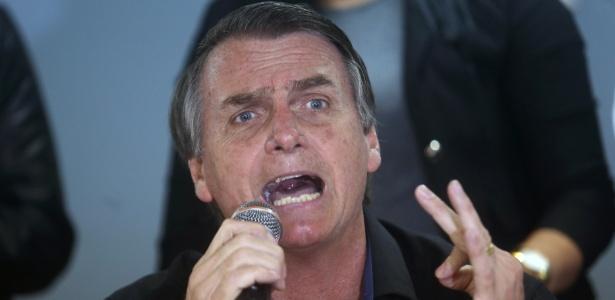 28.ago.2018 - O candidato do PSL a presidente, Jair Bolsonaro, faz críticas ao STF durante agenda de campanha no Rio de Janeiro