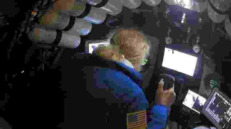 13.mai.2019 - O explorador submarino Victor Vescovo pilota o submarino DSV Limiting Factor nas Fossas Marianas, do Oceano Pacífico - Discovery Channel via Reuters - Discovery Channel via Reuters