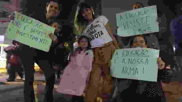 Três meninas e suas mães combinavam frases, pulos e cartazes - Luciana Quierati/UOL