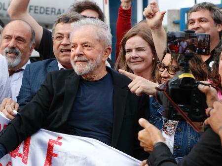 08.nov.2019 -O ex-presidente Lula deixa a carceragem da PF em Curitiba - CASSIANO ROSÁRIO/FUTURA PRESS//ESTADÃO CONTEÚDO