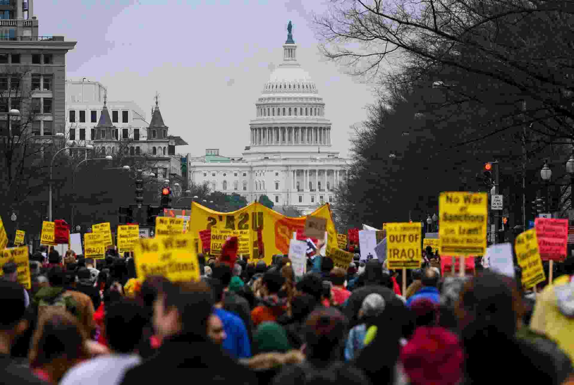 Manifestantes em frente à Casa Branca, em Washington, protestam contra ataque dos EUA ao Irã - Andrew Caballero-Reynolds/AFP