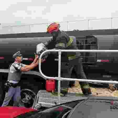 Policiais tiveram que cortar a lataria do caminhão para retirar a maconha - Divulgação